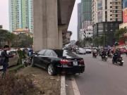 Tin tức trong ngày - Xế hộp đâm nát xe máy dưới cột trụ đường sắt trên cao