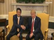 Thế giới - Màn bắt tay lạ chưa từng thấy giữa Trump và Abe