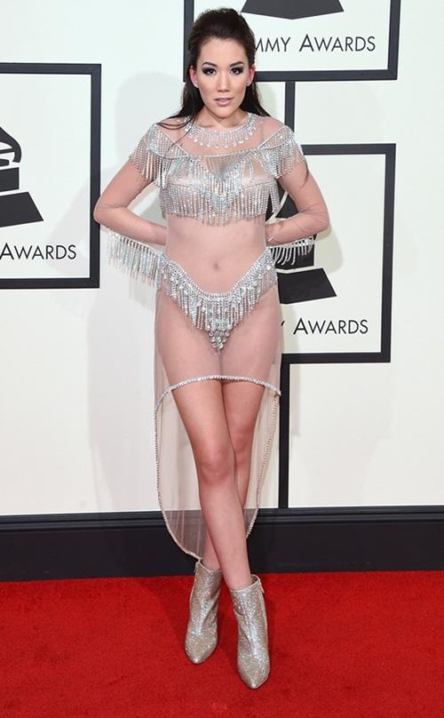 """""""Đỏ mặt"""" với những bộ đồ """"kiệm vải"""" nhất các mùa Grammy - 2"""