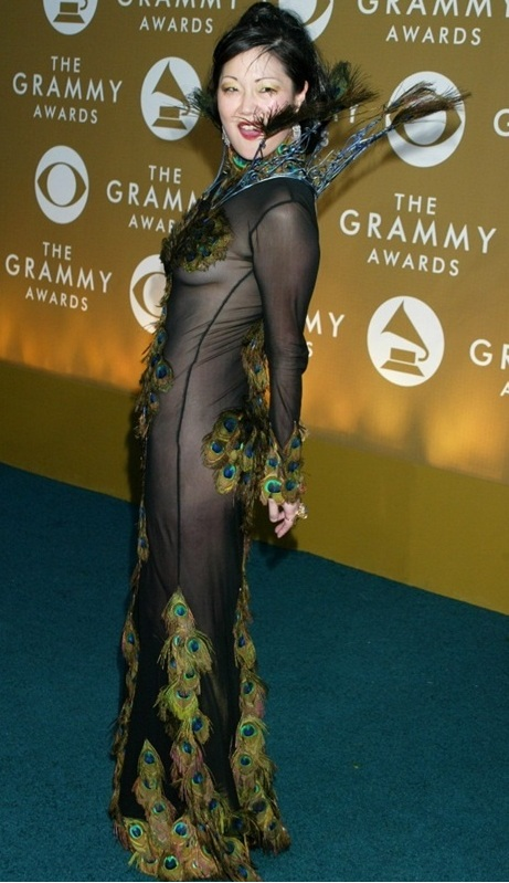 """""""Đỏ mặt"""" với những bộ đồ """"kiệm vải"""" nhất các mùa Grammy - 10"""