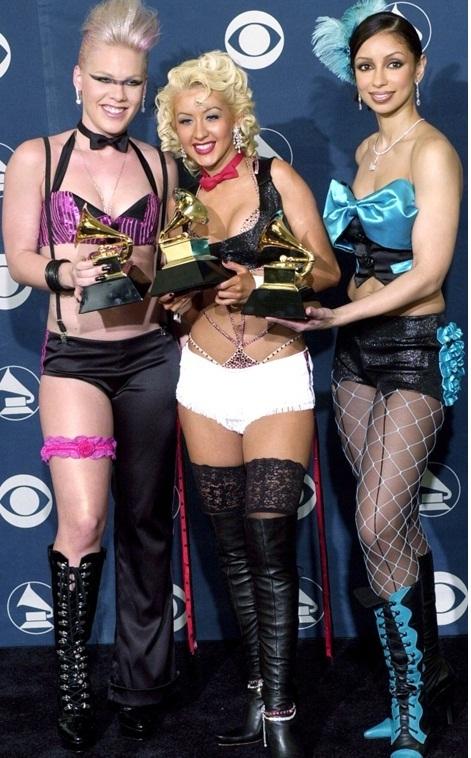 """""""Đỏ mặt"""" với những bộ đồ """"kiệm vải"""" nhất các mùa Grammy - 11"""