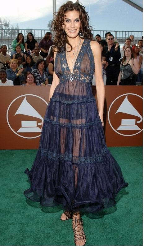 """""""Đỏ mặt"""" với những bộ đồ """"kiệm vải"""" nhất các mùa Grammy - 13"""
