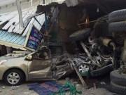 Tin tức trong ngày - Xe trộn bê tông đâm nát ô tô cùng 4 xe máy