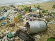Tin tức trong ngày - 10 km bờ biển ngổn ngang vỏ chai nhãn Trung Quốc