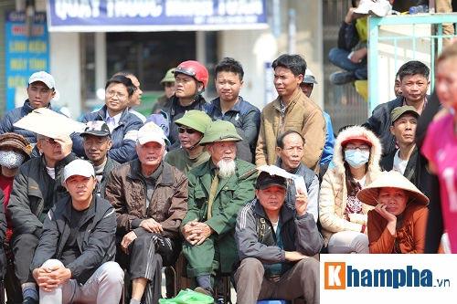 Hoa khôi Kim Huệ gây sốt ở giải hội làng kín người xem