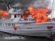 Tin tức trong ngày - Chờ khách trên Vịnh Hạ Long, tàu đùng đùng bốc cháy