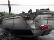 Tin tức trong ngày - Xe BMW phơi bụng giữa quốc lộ 1A