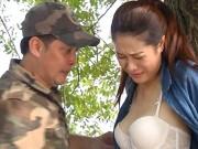 Phim - Cảnh bị ép cởi áo ngực gây tranh cãi trong phim hài Việt