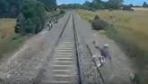 Úc: Chậm 1 tích tắc, người này sẽ bị đoàn tàu đè nát