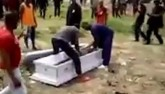 Chết rồi vẫn bị lôi xác khỏi quan tài đòi tiền tang lễ