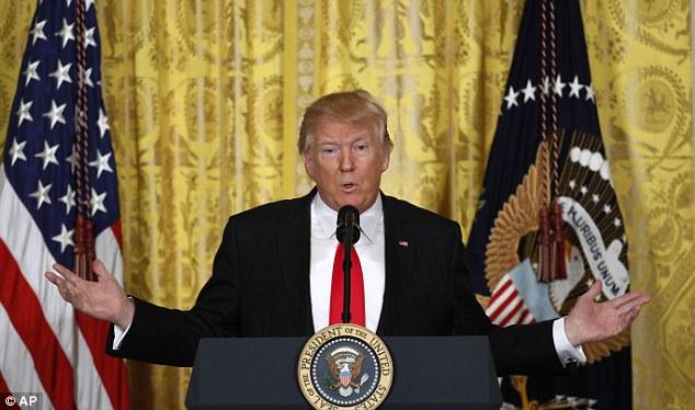 Trump họp báo, nổi giận vì thừa thưởng một mớ hỗn độn - ảnh 1