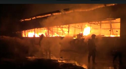 Khói lửa bao trùm xưởng mộc vùng ven Sài Gòn - ảnh 1