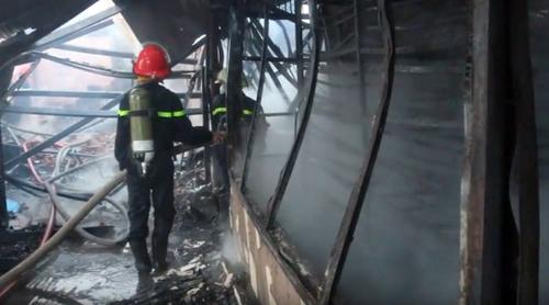 Khói lửa bao trùm xưởng mộc vùng ven Sài Gòn - ảnh 2