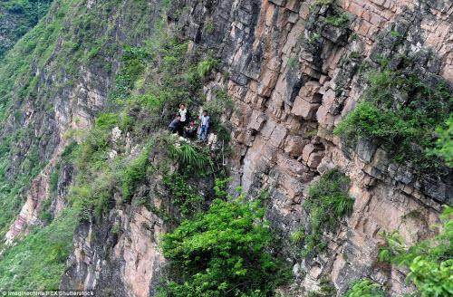 Thót tim ở ngôi làng hẻo lánh cheo leo trên vách núi - 2