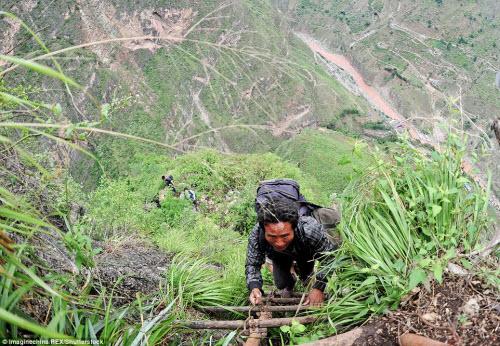 Thót tim ở ngôi làng hẻo lánh cheo leo trên vách núi - 3