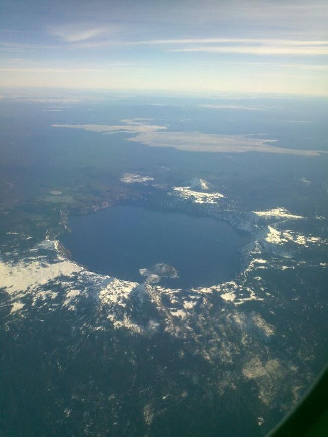 Hồ Crater ở Mỹ nhìn từ trên bầu trời.