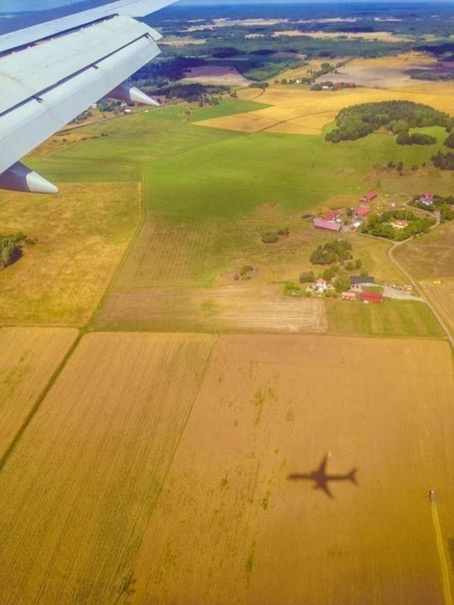 Máy bay in bóng xuống cánh đồng, trong khi đang di chuyển tới Stockholm, Thụy Điển.