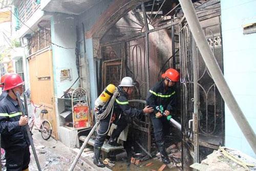 Nhà trong hẻm bốc cháy dữ dội, nhiều người tháo chạy - ảnh 1