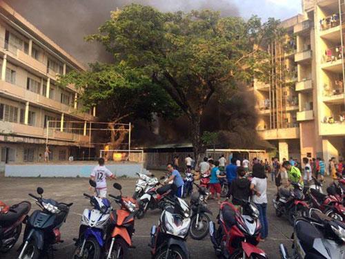 Nhà xe KTX Đại học Y Dược TP.HCM phát hỏa, sinh viên hoảng hồn - 1
