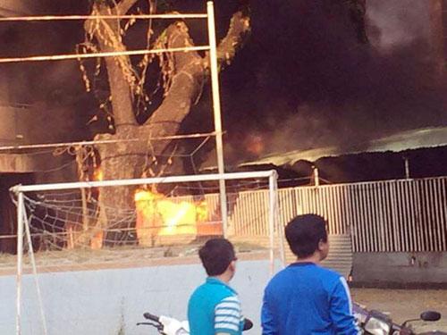 Nhà xe KTX Đại học Y Dược TP.HCM phát hỏa, sinh viên hoảng hồn - 2