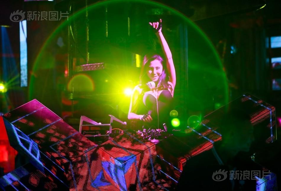 Nữ DJ bốc lửa hé lộ 7 năm làm ở quán bar đầy cám dỗ - 2