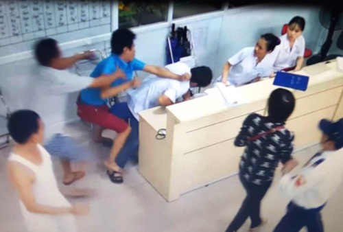 Nữ điều dưỡng bị côn đồ tấn công khi cấp cứu bệnh nhân