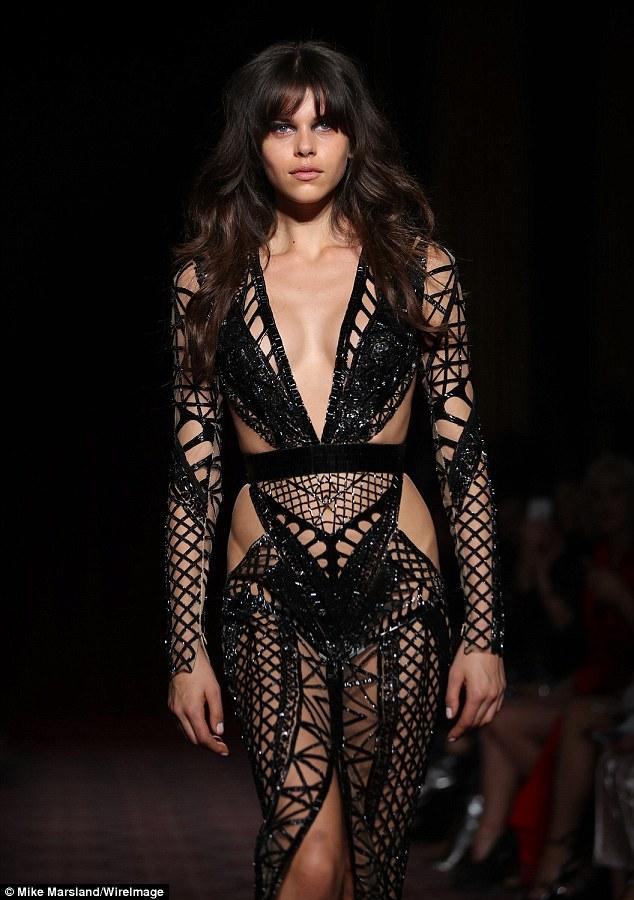 Hết hồn trước váy lưới xuyên thấu, tiết lộ 90% cơ thể