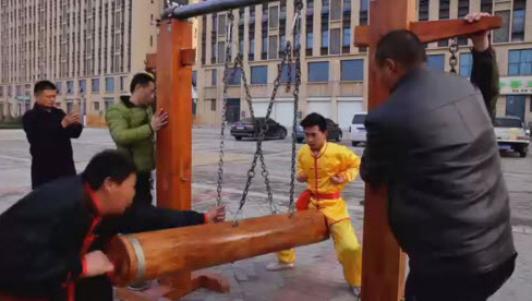 Sốc với cảnh đánh đập vùng kín để luyện kungfu Đũng quần sắt