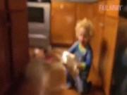 """Clip hài: Bố mẹ  """" phát điên """"  với lũ trẻ nghịch ngợm"""