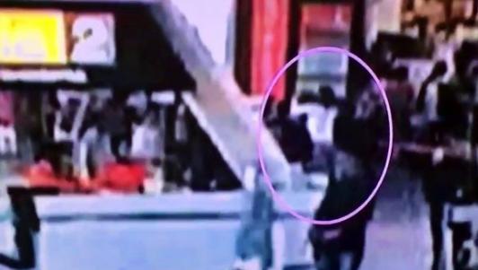 Video anh trai Kim Jong-un bị sát hại giữa sân bay