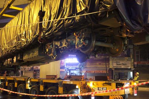 Cận cảnh cẩu tàu Cát Linh – Hà Đông lên đường ray trong đêm - 11