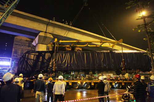 Cận cảnh cẩu tàu Cát Linh – Hà Đông lên đường ray trong đêm - 9