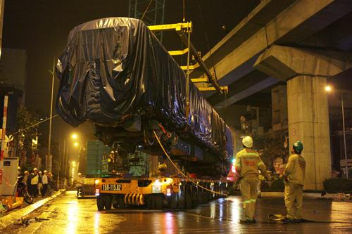 Cận cảnh cẩu tàu Cát Linh – Hà Đông lên đường ray trong đêm - 13