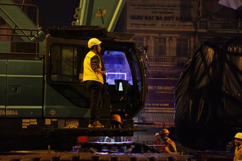 Cận cảnh cẩu tàu Cát Linh – Hà Đông lên đường ray trong đêm - 10