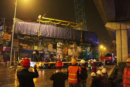 Cận cảnh cẩu tàu Cát Linh – Hà Đông lên đường ray trong đêm - 14