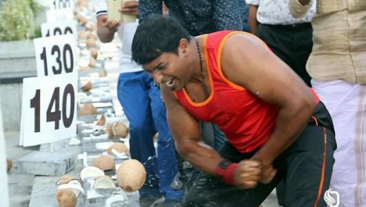 Chàng trai dùng tay không đập tan 124 trái dừa