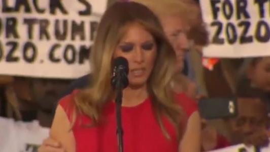 """Vợ Trump """"rùng mình"""" khi chồng chạm vào người?"""