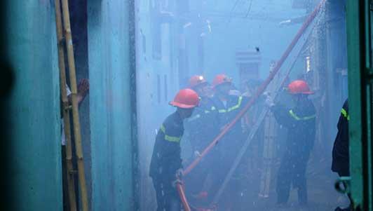 Cháy nhà trong hẻm sâu, cột khói bốc cao nghi ngút