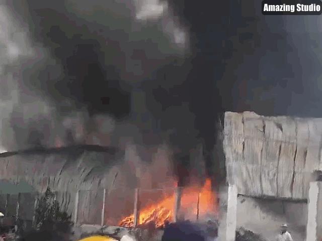 Khói lửa cuồn cuộn từ xưởng phế liệu ở ngoại ô Sài Gòn