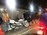 Xe tải nổ lốp, lật nhào trong hầm vượt sông Sài Gòn