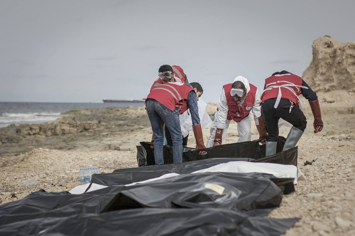 Xác 74 người bí ẩn dạt bờ biển Libya - 2