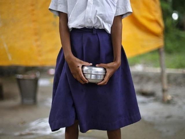 Ấn Độ: Nữ sinh bị bắt lột sạch đồ vì không làm bài tập