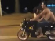 """Phi thường - kỳ quặc - Quái dị cặp đôi vừa lái xe máy vừa """"quan hệ"""" trên phố"""