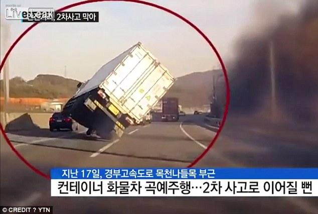 Kinh ngạc màn lái xe tải bằng 2 bánh trên đường phố - 1