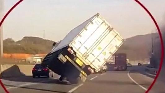 Kinh ngạc màn lái xe tải bằng 2 bánh trên đường phố