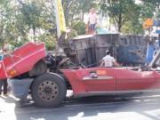 Tin tức trong ngày - Cabin xe đầu kéo nát bét, 4 người thoát chết kỳ diệu