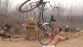 Choáng với clip U60 nhấc bổng xe đạp bằng răng sau 3 giây