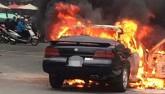 Clip: Ô tô bốc cháy ngùn ngụt giữa phố đông người