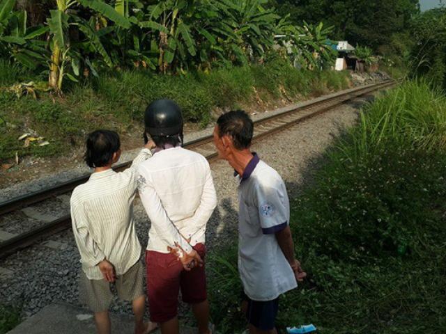 Xe máy cùng 2 thanh niên biến dạng dưới bánh tàu hỏa