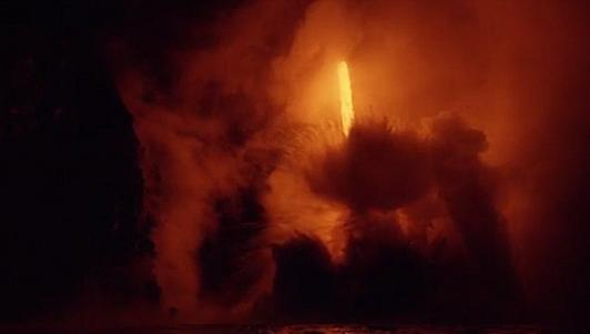 Cận cảnh dòng dung nham núi lửa tràn xuống biển ở Mỹ